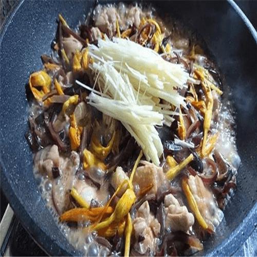 黄花菜炒鸡