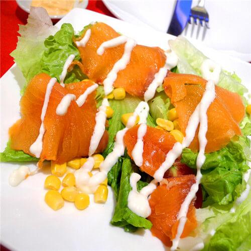干煎三文鱼伴蔬菜沙拉