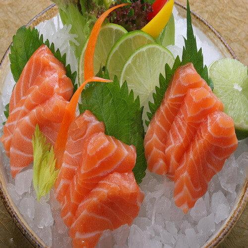 新鲜美味三文鱼刺身