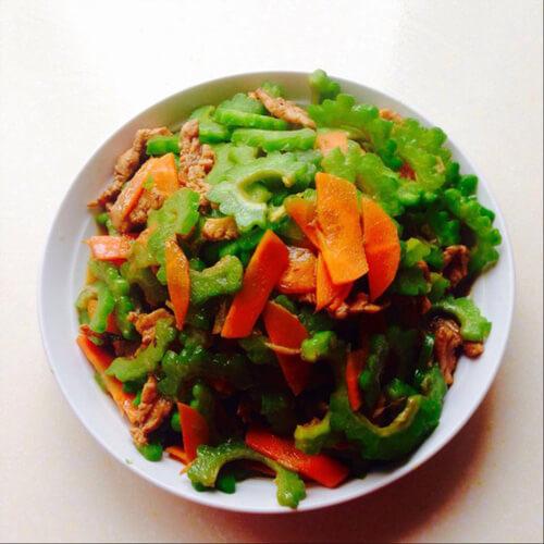 木耳炒苦瓜胡萝卜片