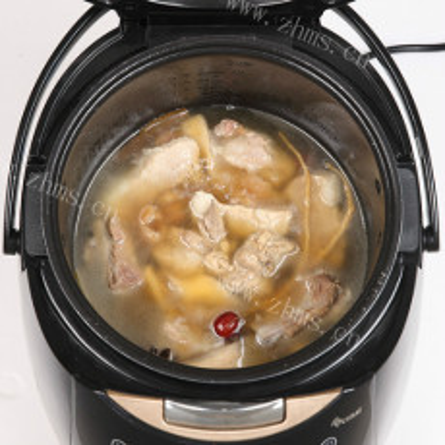 鲜莲子红枣杞子煲鸡