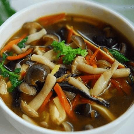晶莹剔透的 可口的蘑菇汤