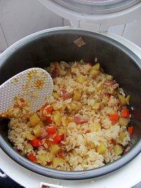 口感丰富的培根土豆焖饭