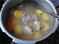 DIY胡萝卜玉米排骨汤