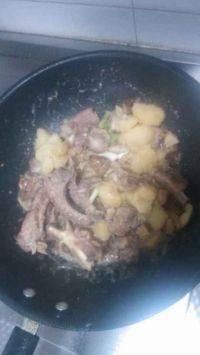 家常菜排骨炖土豆