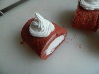 特色美食红丝绒蛋糕卷
