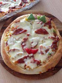 诱人的腊肠披萨
