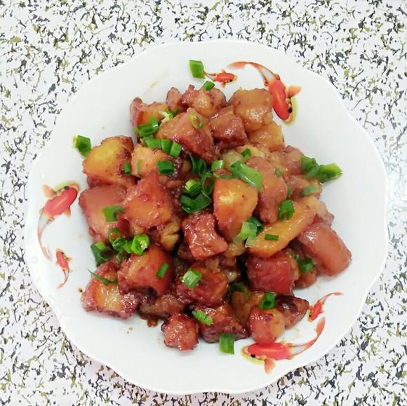 美味营养的红烧肉炖土豆