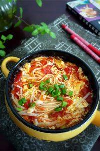 美味的番茄金针菇汤面