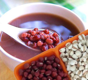 色泽鲜亮的红豆薏米汤