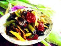 家常菜芹菜木耳炒肉
