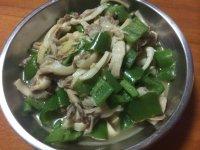 家常菜青椒炒蘑菇