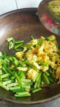 回味无穷的蒜苔炒鸡蛋