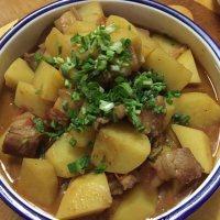美味的土豆焖五花肉