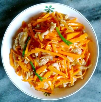 营养丰富的胡萝卜炒鸡肉