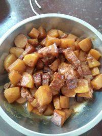 家常菜五花肉焖土豆