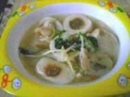 美味的金针菇鱼丸汤