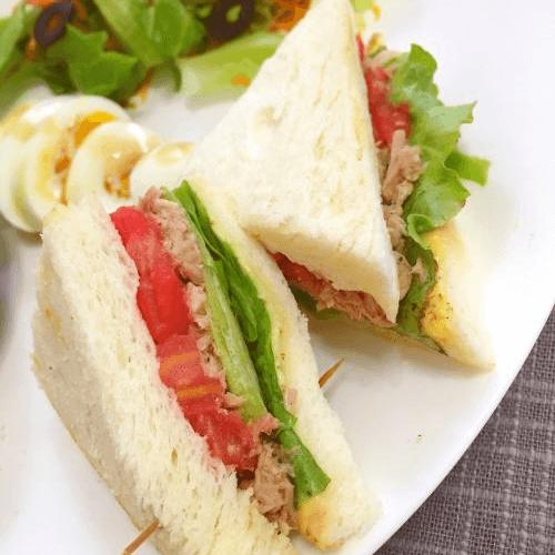 口感丰厚的金枪鱼三明治