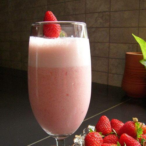 色泽鲜亮的草莓牛奶