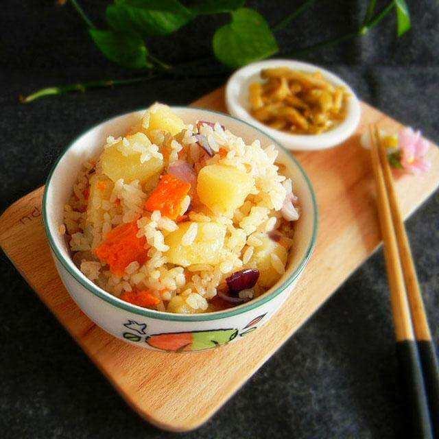 香菇腊肉土豆焖饭