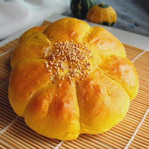 香喷喷的椰丝花朵面包