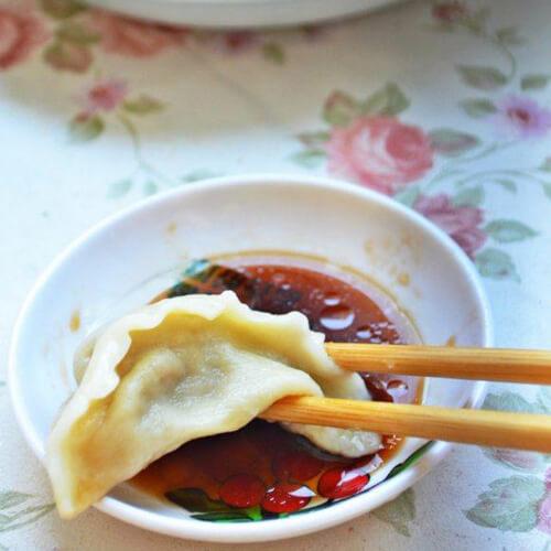 热腾腾的茄子猪肉饺子