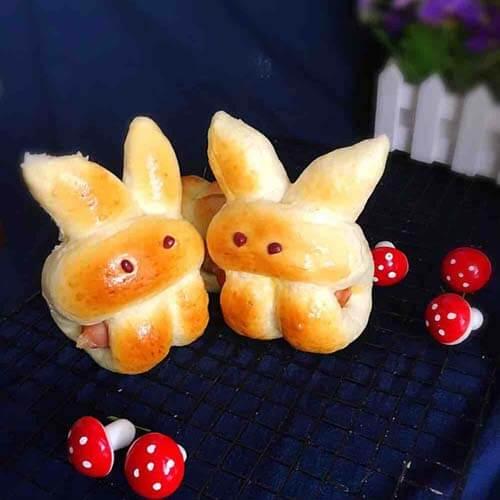 美味的吃手的萌兔子面包