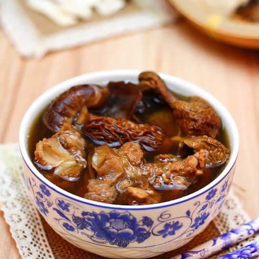 羊肚菌姬松茸杂菌汤
