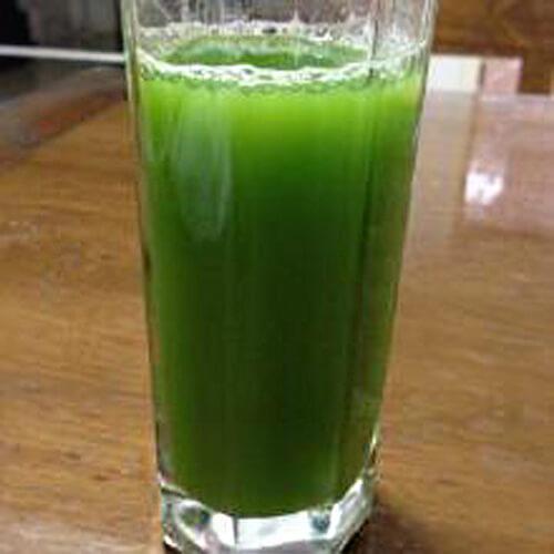 鲜榨苦瓜萝卜芹菜汁