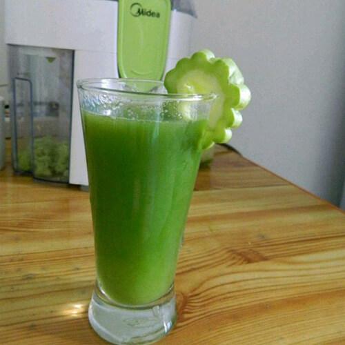 营养的鲜榨苦瓜汁