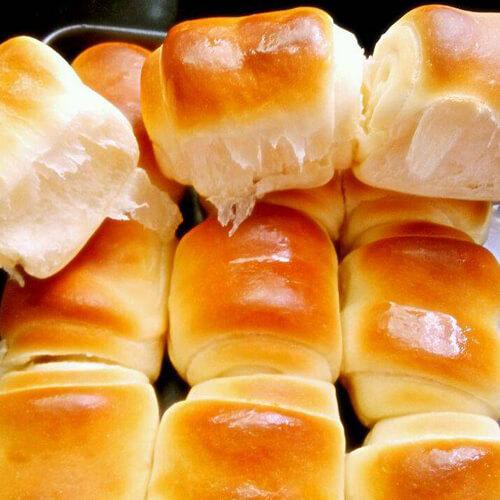 美味的肉桂葡萄干小面包