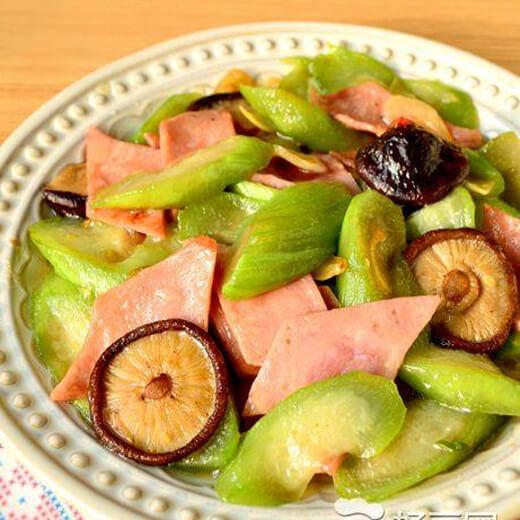 美味的丝瓜香菇炖排骨