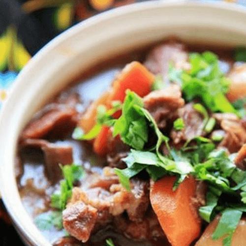 家常的红酒蔬菜炖牛肉