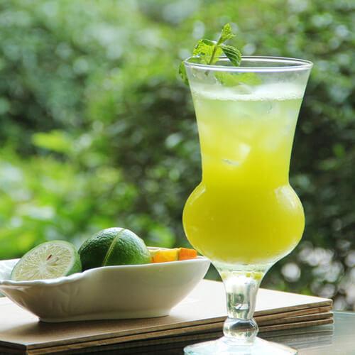 清凉的提子雪梨柠檬果汁