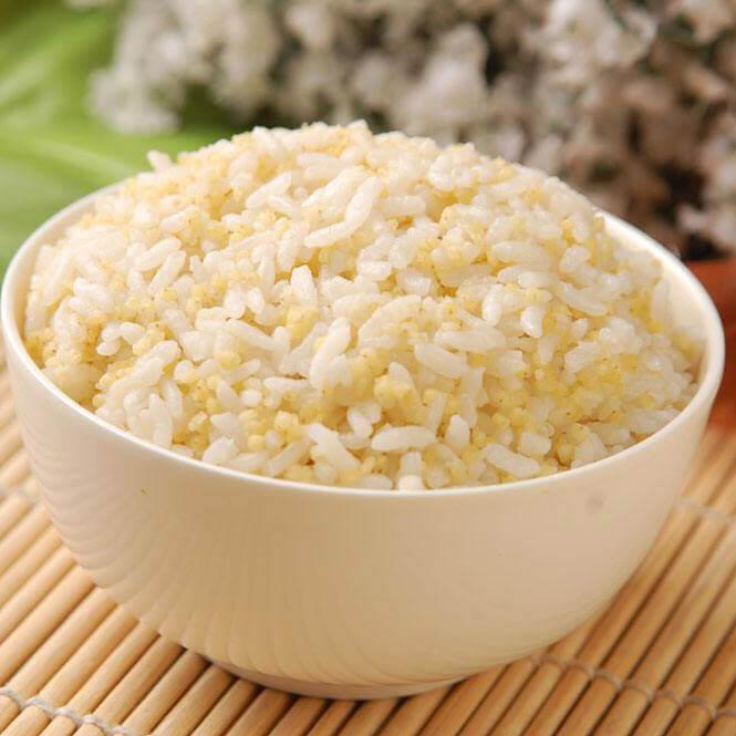五彩的杂粮豆浆米饭
