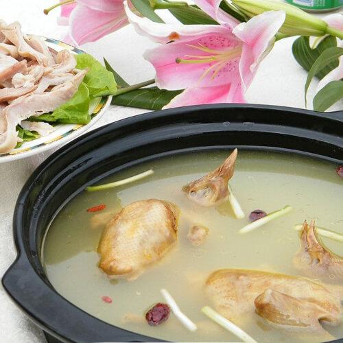 浓香型的香菇木耳鸽子汤