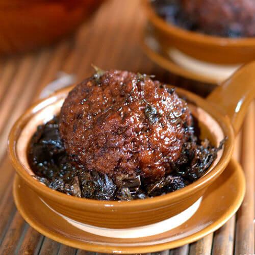 美味的炸梅菜干猪肉丸
