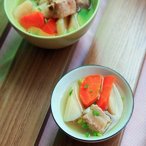 清香的山药胡萝卜排骨汤