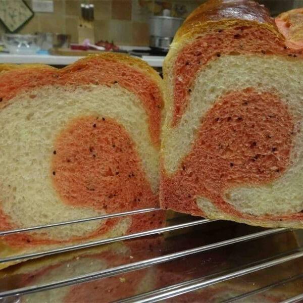 好吃的火龙果面包卷