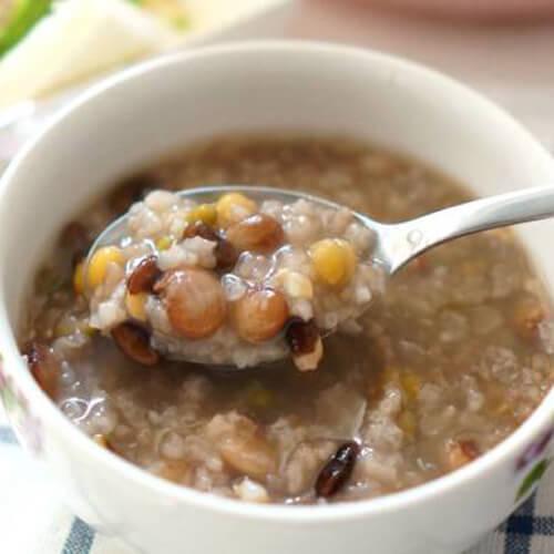 暖心的排骨菜干青豆粥