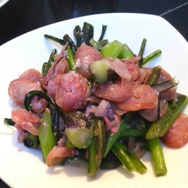 腊肠炒油菜苔