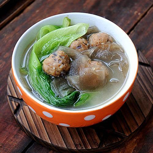 美味的肉丸粉片青菜汤