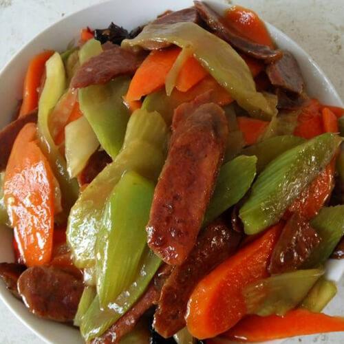 家常腊味莴笋胡萝卜片