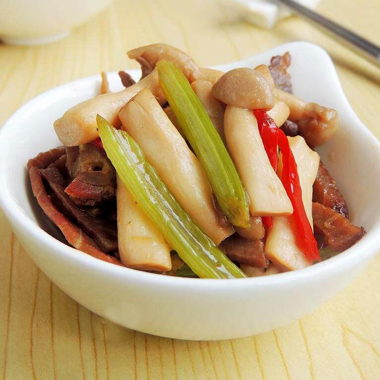 美味的辣炒腊肉蘑菇