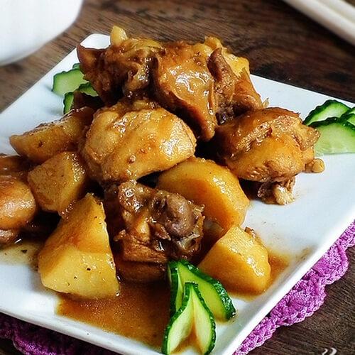 美味的土豆块炖鸡肉