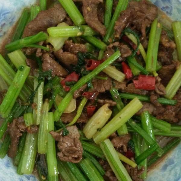 美味的牛肉番茄炒芹菜