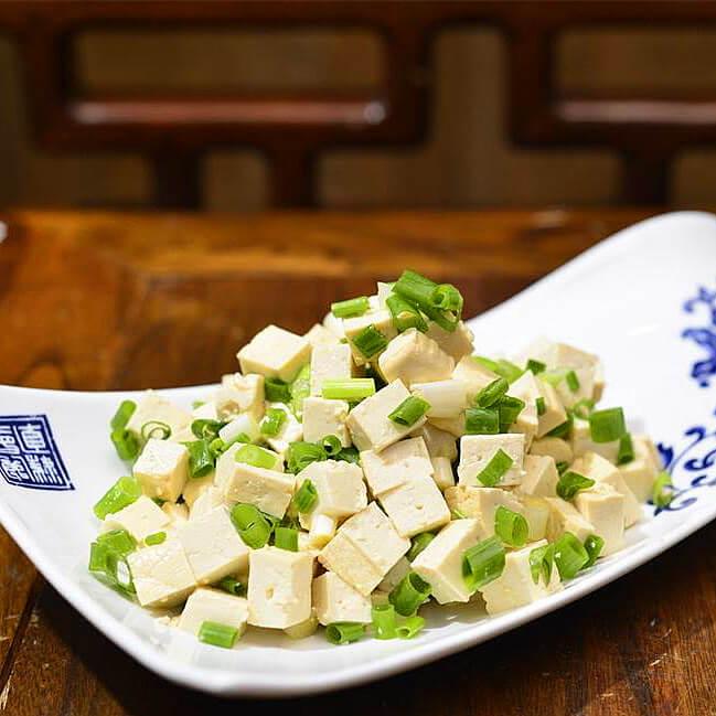 一青二白凉拌小葱豆腐,