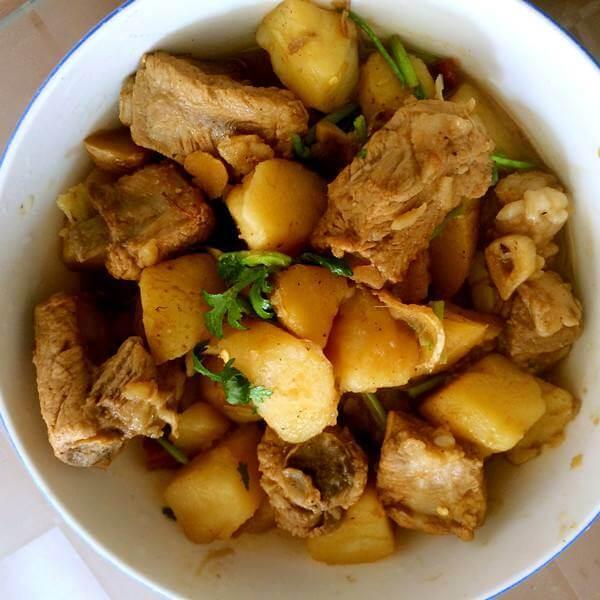 美味的骨头炖土豆