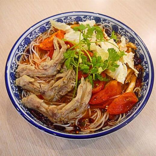 酸菜鸭掌米线