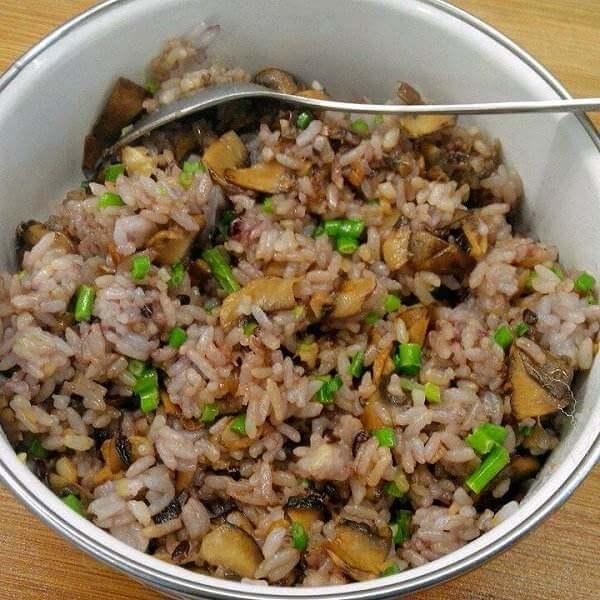 可口的鸡蛋炒黑米饭